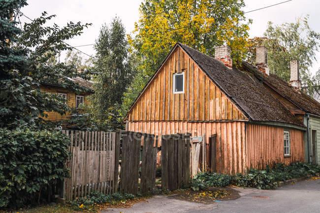 Campagna via con staccionata rotta e Baracca di legno in giorno di autunno — Foto stock
