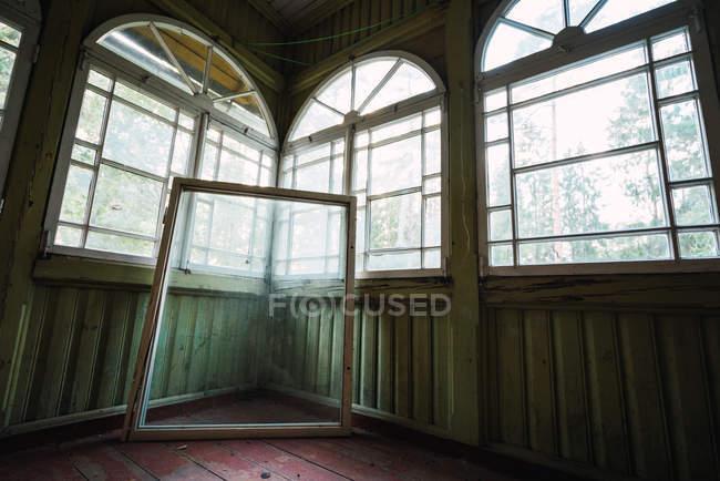 Окно рамы со стеклом рядом со стенами в светлой пустой комнате старого здания — стоковое фото