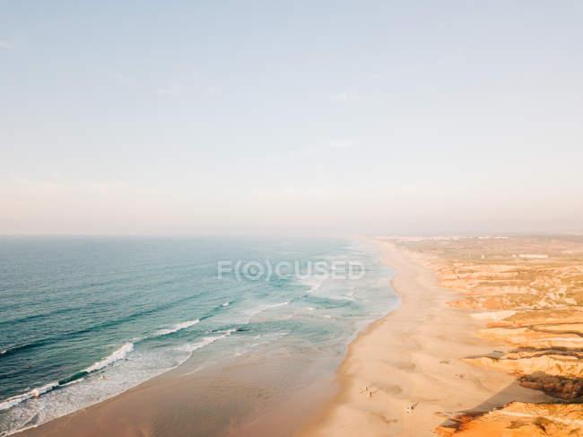 Paysage de bord de mer baigné par l'eau de mer — Photo de stock