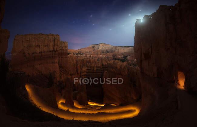 Дивовижний краєвид прекрасного каньйону з розкішним освітленням у зоряну ніч на західному узбережжі США. — стокове фото