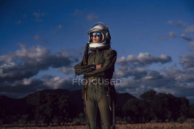 Selbstbewusste Astronautin steht abends in der Natur — Stockfoto