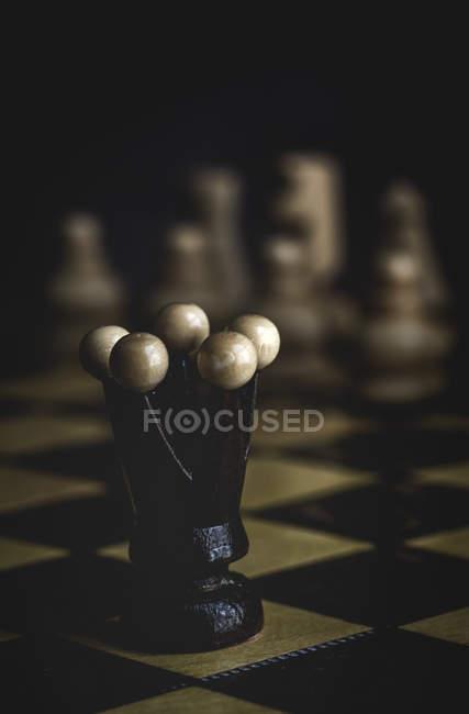 Крупным планом игры и шахматных фигур на темном фоне — стоковое фото
