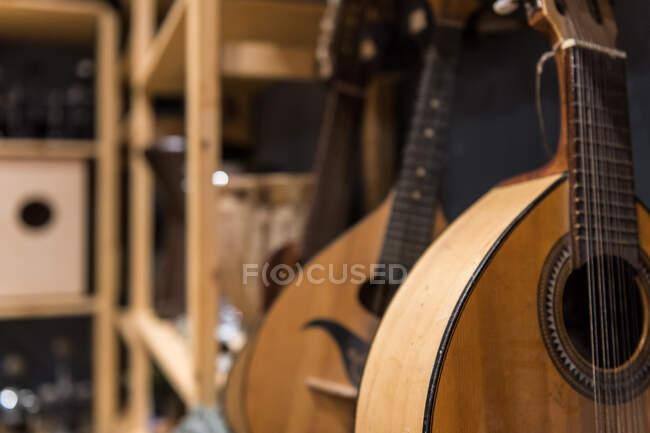 Крупный план красивых лютней, стоящих на полке в студии звукозаписи — стоковое фото
