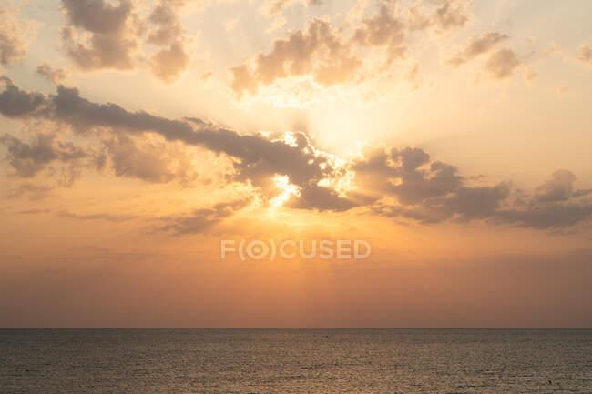 Живописный вид облаков, плавающих на удивительном небе заката над спокойным морем в Тюленово, Болгария — стоковое фото