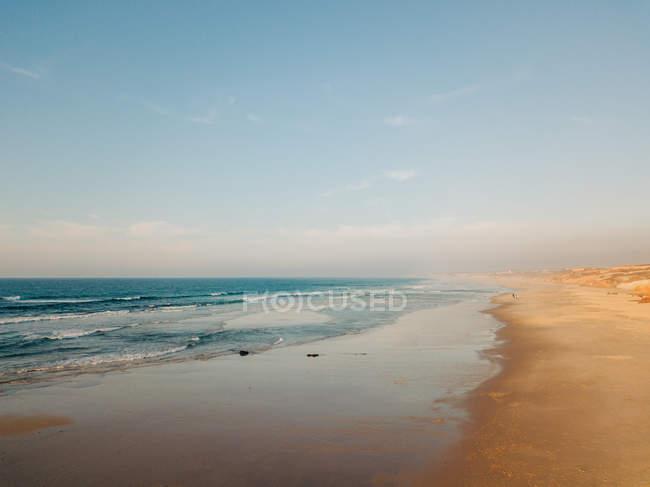 Paesaggio di riva al mare lavato dall'acqua di mare — Foto stock