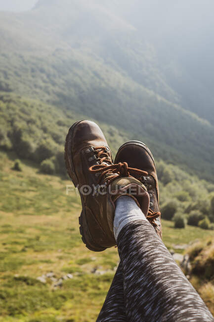 Legs of anonymous female traveler on background of grassy hill slope on sunny day in Bulgaria, Balkans — Stock Photo