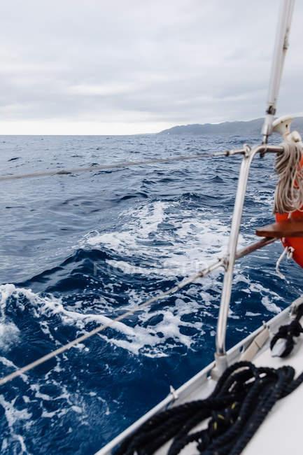 Dettaglio della barca a vela in alto mare sotto cielo nuvoloso — Foto stock