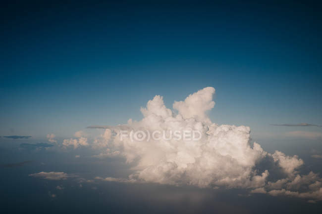 Grands nuages blancs flottant sur le ciel azur — Photo de stock