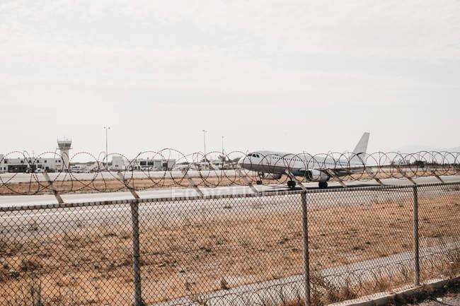 Самолет парить из аэропорта в окружении проводов безопасности, Mykonos — стоковое фото