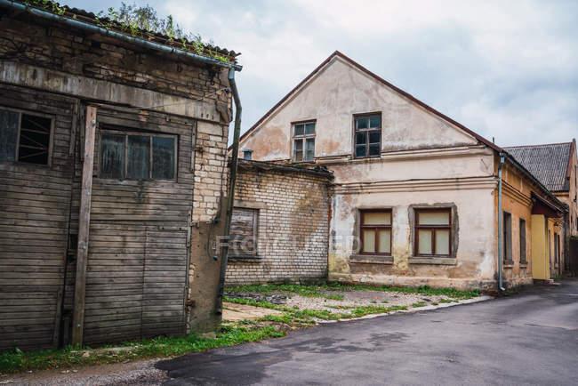 Старий відмовилися цегляної будівлі на вулиці в сільській місцевості — стокове фото