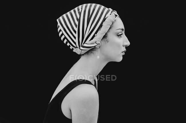 Молода жінка в тканині голови дивиться на камеру. — стокове фото