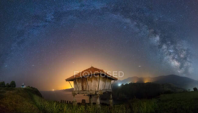 Долгий снимок красивого звездного неба над маленькой хижиной в Астурии, Испания — стоковое фото