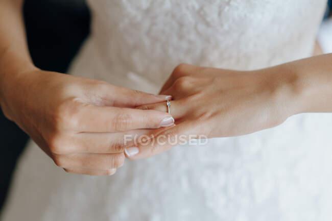 Erntebraut zieht Verlobungsring an — Stockfoto
