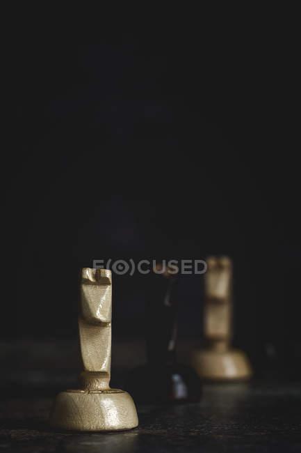 Закриття ігрових і шахових фігур на темному фоні — стокове фото