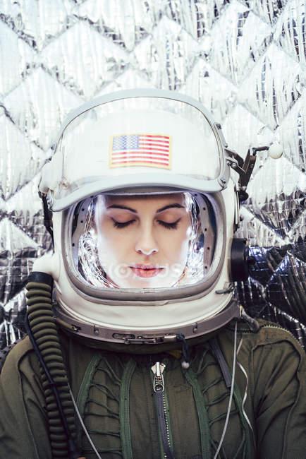 Девушка в старом космическом шлеме с американским флагом — стоковое фото