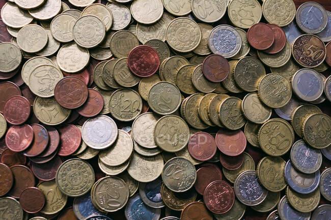 Куча различных монет — стоковое фото
