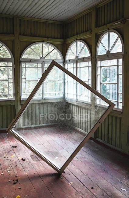 Window frame in empty room of abandoned house — Stock Photo