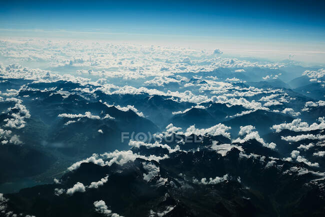 Vista sobre la montaña y las nubes desde el plano - foto de stock