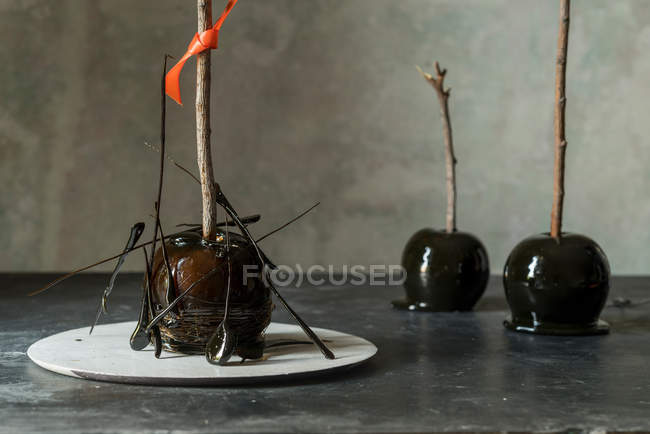 Pomme d'Halloween décoré avec du caramel cristallisé — Photo de stock