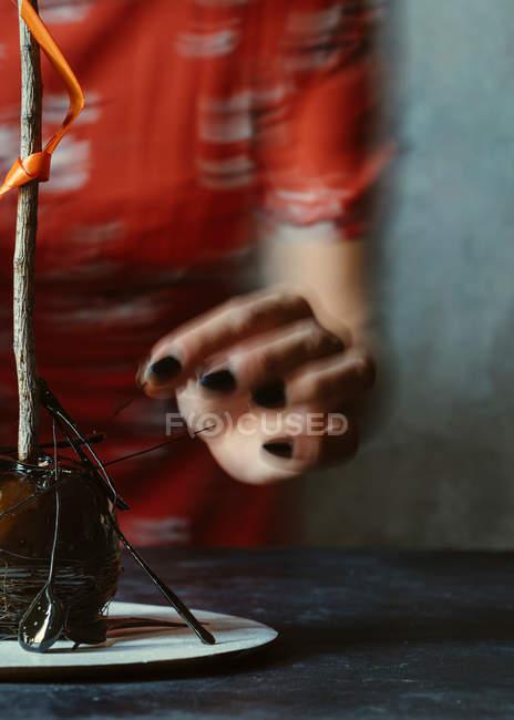 Femme pomme halloween avec du caramel cristallisé de décoration — Photo de stock