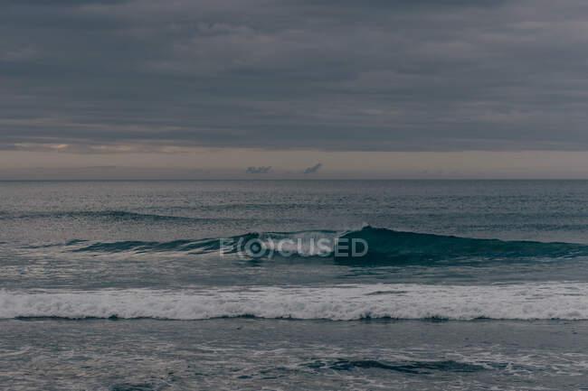 Hohe Wellen unter bewölktem Himmel — Stockfoto