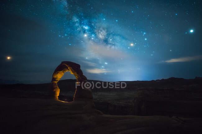 Живописный вид на удивительную каменную арку на фоне красивого звездного неба на западном побережье США — стоковое фото