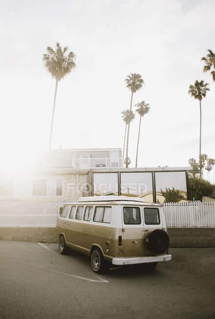 Increíble furgoneta vintage de pie cerca de la valla en el día soleado en la calle de Santa Mónica, California - foto de stock