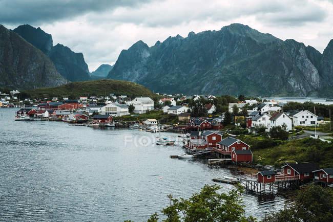 Malerisches kleines Dorf am Meer in den Bergen — Stockfoto