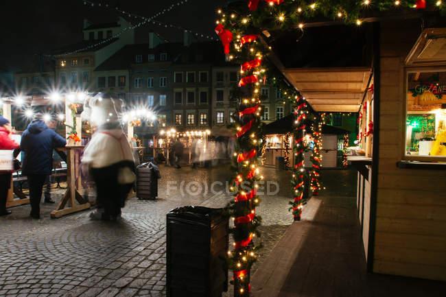 WARSAW, POLONIA - 28 NOVEMBRE 2017: mercatino di Natale nella Piazza del Mercato della Città Vecchia di Varsavia di notte — Foto stock