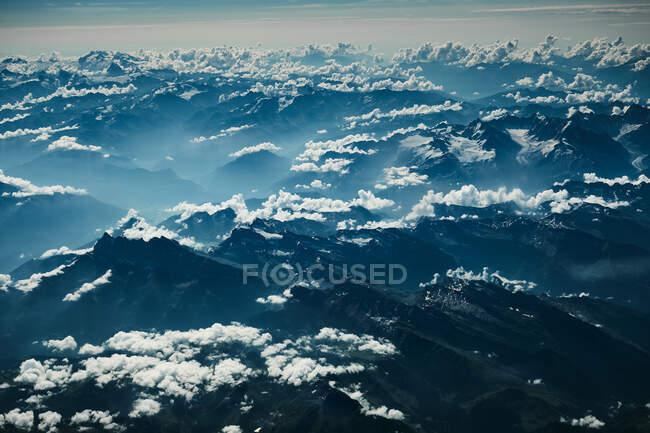Blick auf Berge und Wolken aus dem Flugzeug — Stockfoto