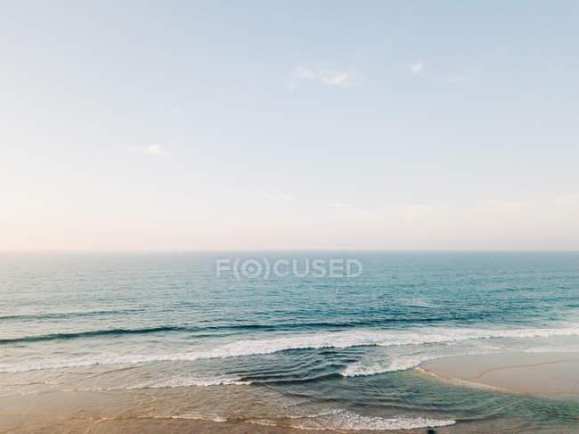 Spiaggia sabbiosa bagnata dall'acqua di mare — Foto stock