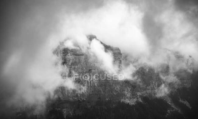 Große Wolken über den Bergen — Stockfoto