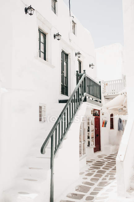 Whitewashed building with stairs and little shop downstairs in Mykonos, Greece — Stock Photo