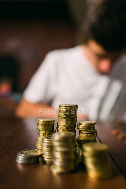 Crop guy counting coins — Stock Photo