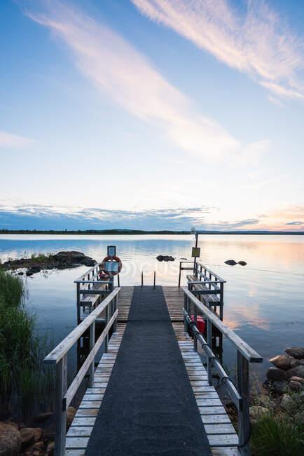 Masse dans un lac bleu calme — Photo de stock