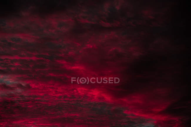 Vista pitoresca do céu preto e vermelho multicolorido na noite escura — Fotografia de Stock