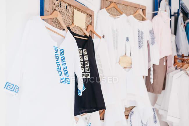 Білий і чорний Бавовна одяг на вішалки по вулиці ринок Міконос, Греція — стокове фото