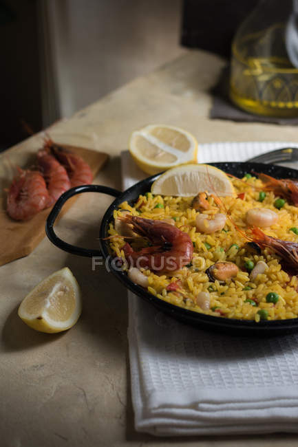 Marinera paella espagnole traditionnelle avec du riz, crevettes, calmars et moules dans la casserole avec les ingrédients — Photo de stock