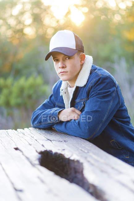 Портрет молодого подростка на улице в повседневной одежде — стоковое фото