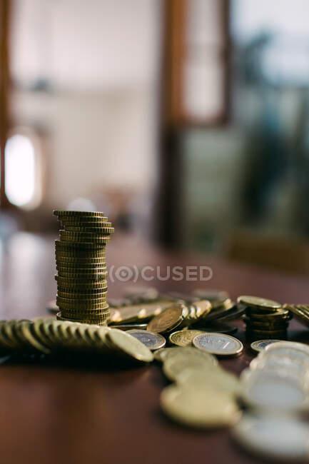 Блестящие монеты на столе — стоковое фото