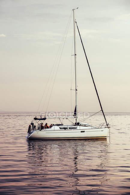 Barca bianca galleggiante nel lago — Foto stock