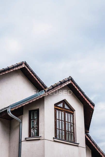 Walls and roof of luxury countryside house against overcast sky — Stock Photo