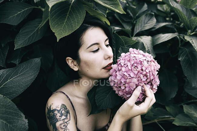 Mulher segurando flores decorativas — Fotografia de Stock