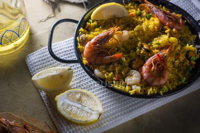 Paella espagnole traditionnelle marinera avec riz, crevettes, calmars et moules en casserole — Photo de stock