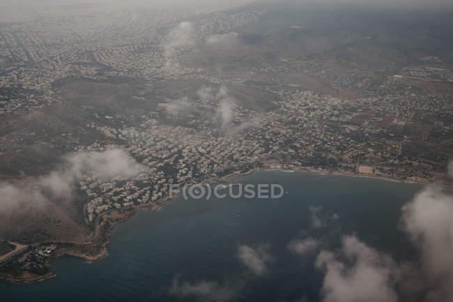 Desde arriba vista de la ciudad en la orilla del mar de la isla de Mykonos - foto de stock