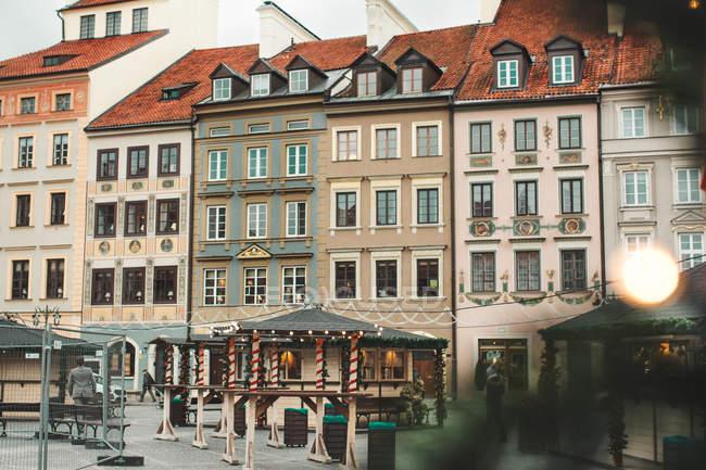 GARANTIA, POLÓNIA - NOVEMBRO 27, 2017: Mercado de Natal na Praça do Mercado da Cidade Velha de Varsóvia, detalhe de antigas fachadas coloridas — Fotografia de Stock