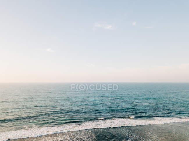 Песчаный пляж, омываемые морской воды — стоковое фото