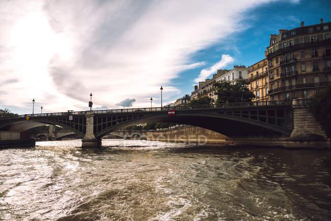 Grande ponte fluvial com lanternas sob céu azul nublado em Paris — Fotografia de Stock