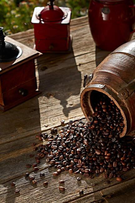 Кофейные зерна и винтажная мельница — стоковое фото