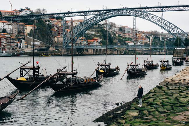 Fila di barche diverse sulla riva nel canale della città europea. — Foto stock